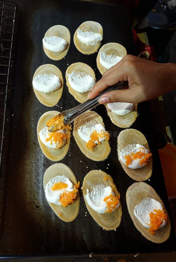 Khanom thailändska Beaung eller en sort av fylld thailändsk mat för pannkaka fotografering för bildbyråer