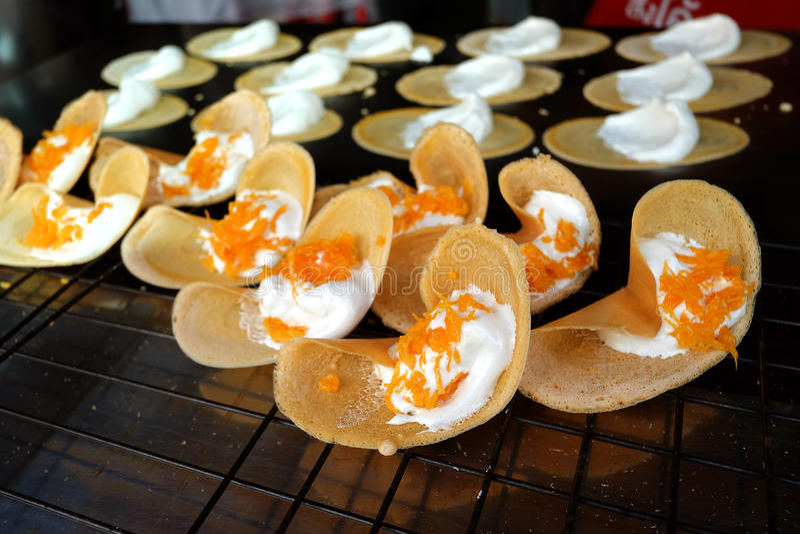 Khanom thailändska Beaung eller en sort av fylld thailändsk mat för pannkaka arkivbild