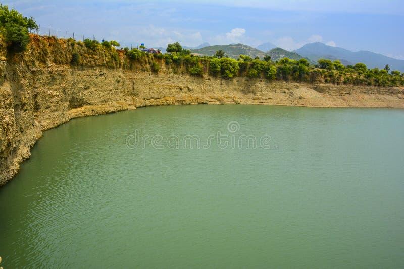 Khanpur湖,巴基斯坦风景看法  免版税库存图片