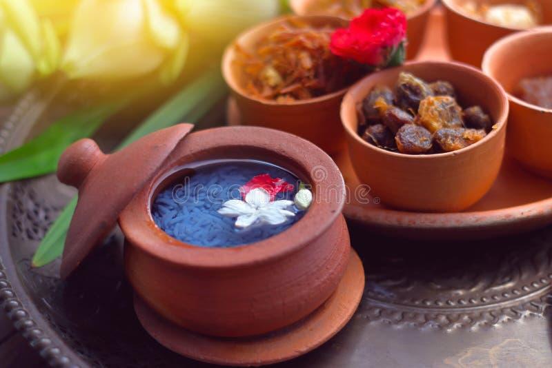 Khao chae är ris i kallt vattenuppsättning i krukmakeri fotografering för bildbyråer