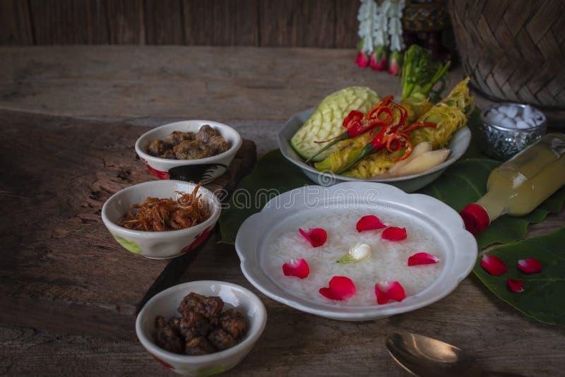 Khao-Chae, μαγειρευμένο ρύζι ενυδάτωσε στο παγωμένο νερό στο άσπρο κύπελλο καιφαγωμένος ?αγωμένος με τα συνηθισμένα συμπληρωματικ στοκ εικόνες