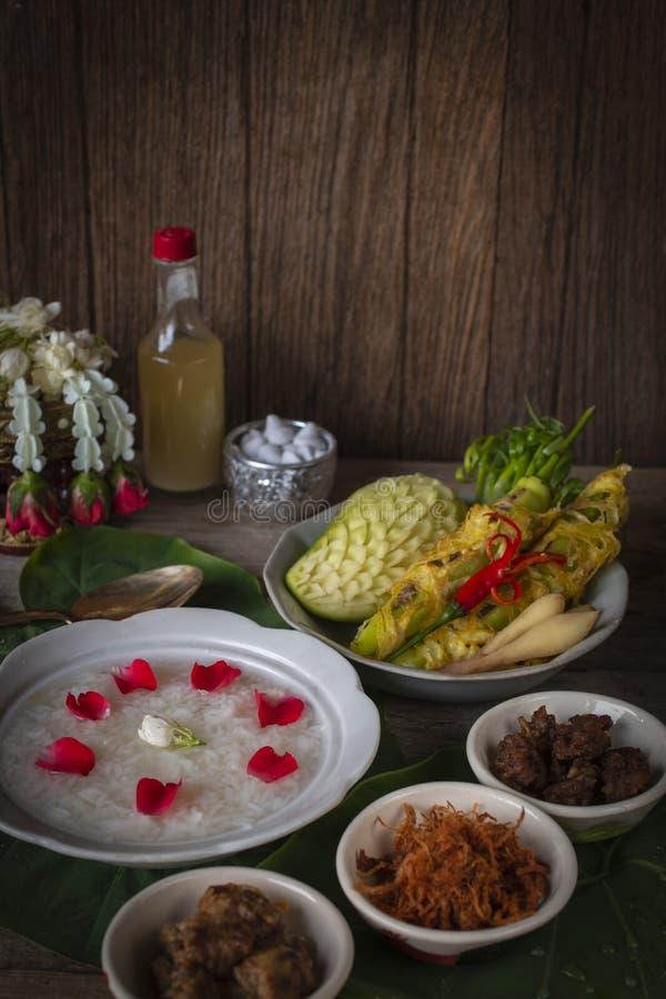 Khao-Chae, riso cucinato si è inzuppato in acqua ghiacciata nella ciotola bianca ed alimentare con l'alimento complementare usual fotografia stock