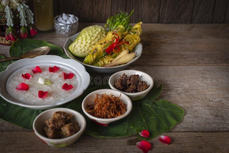 Khao-Chae, riso cucinato si è inzuppato in acqua ghiacciata nella ciotola bianca ed alimentare con l'alimento complementare usual immagini stock libere da diritti