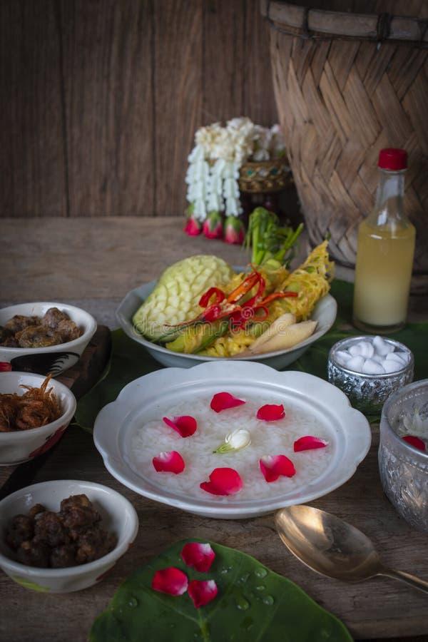 Khao-Chae, riso cucinato si è inzuppato in acqua ghiacciata nella ciotola bianca ed alimentare con l'alimento complementare usual immagine stock libera da diritti