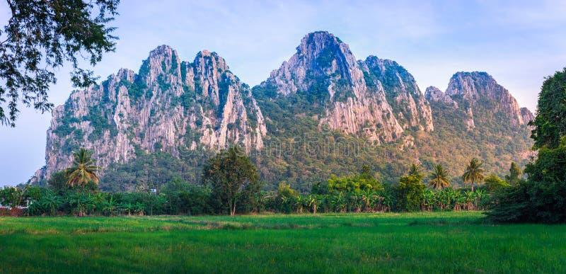 Khao Nor-Khao Kaew ist ein Kalksteinberg, etwa 282 m hoch in der Provinz Nakhon Sawan, Thailand lizenzfreie stockfotografie