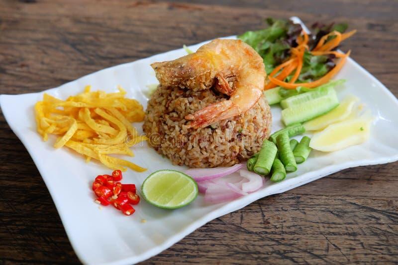 Khao Klook Kapi: Arroz mezclado con goma del camarón foto de archivo