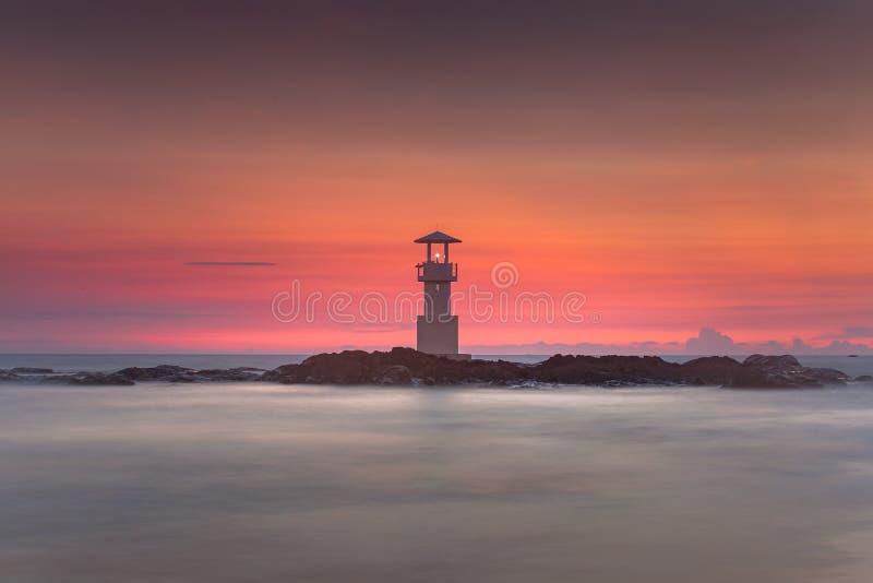 Khao Lak fyr och underbar himmelsolnedgång i det Andaman havet royaltyfria bilder