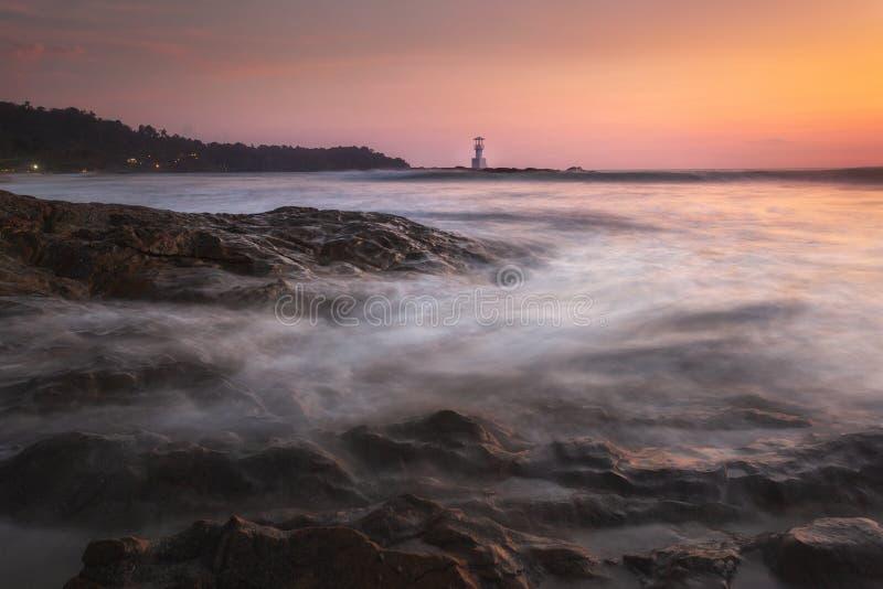 Khao Lak fyr och underbar himmelsolnedgång i det Andaman havet royaltyfri bild