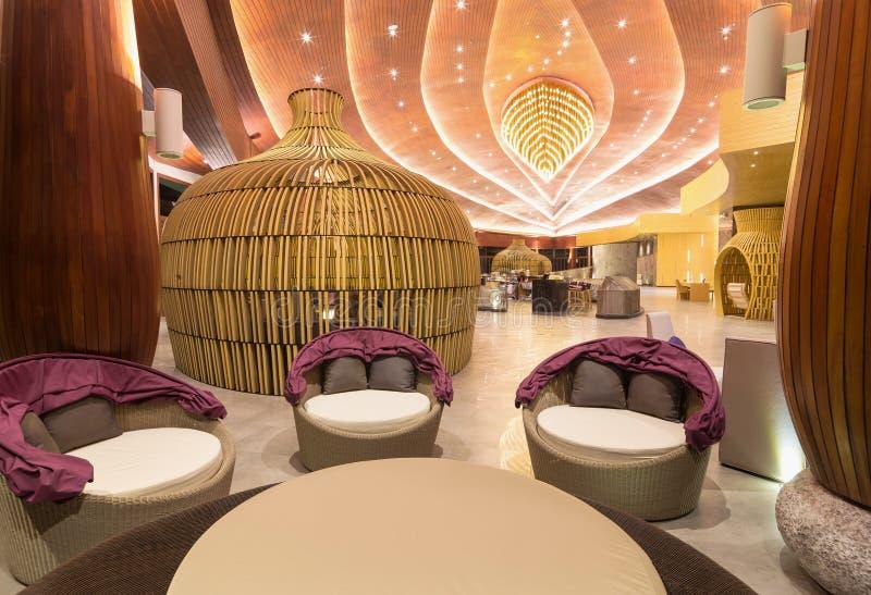KHAO LAK, THAILAND - 1. NOVEMBER: Lobby des SENTIDO Graceland Khao lizenzfreie stockbilder
