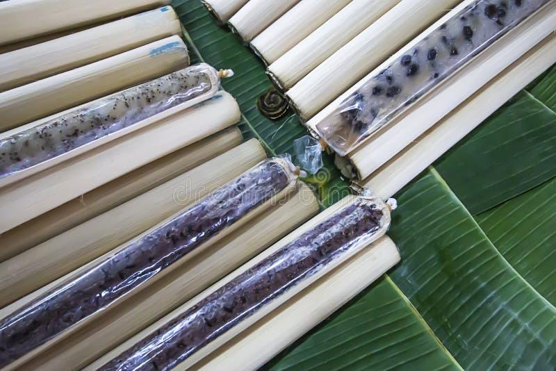 Khao Lam Thai mat är van vid satt ris i ett bamburör och brände därefter för att lagas mat Har en söt läcker smak fotografering för bildbyråer