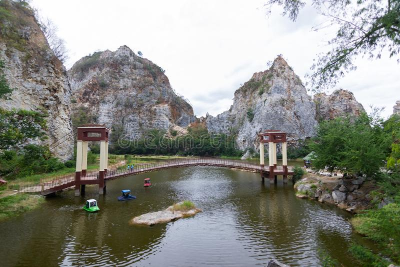 ` Khao Ngu石头公园` Ratchaburi泰国,石公园的尼斯看法和吊桥洞和看法尼斯公园l斑点视图  图库摄影