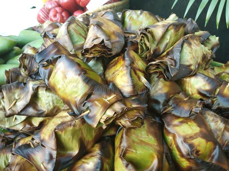 Khao nieo砰或Grilled充塞了在香蕉叶子包裹的糯米 免版税库存图片