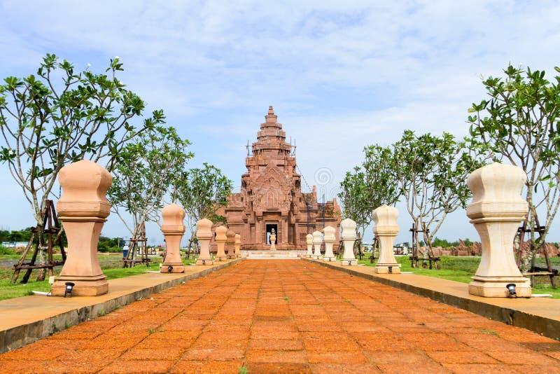 Khao Phanom schellte Schloss, Sprosse Prasat Hin Phanom ist ein Khmertempel stockfotografie