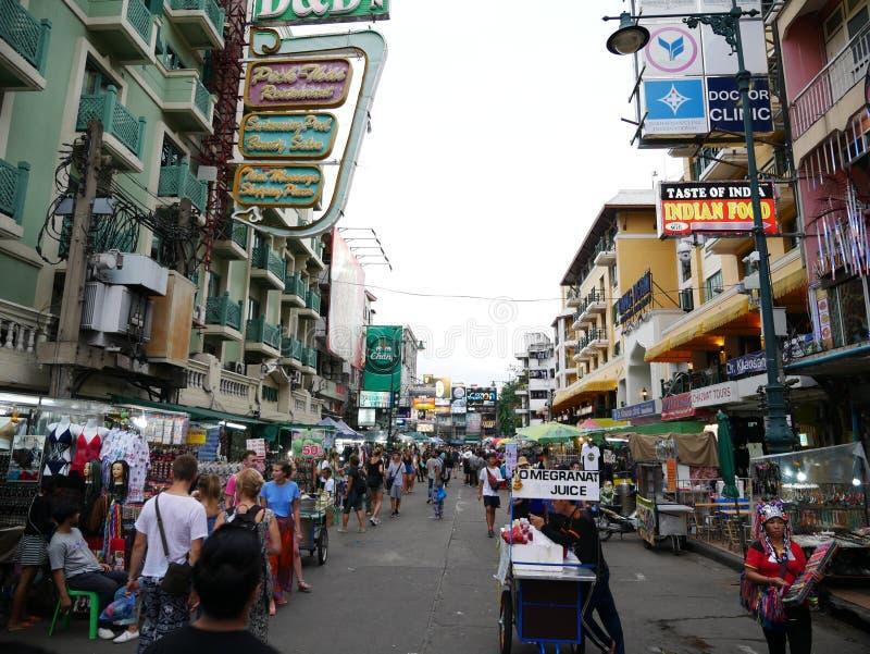 Khao San väg det populärt som beskrivas famously som mitten av fotvandringuniversumet i Bangkok arkivbild