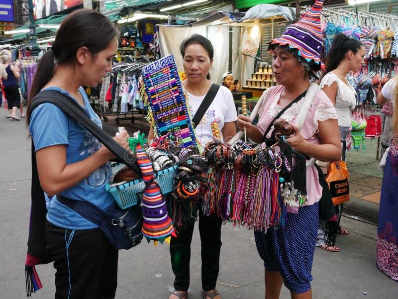 Khao San väg det populärt som beskrivas famously som mitten av fotvandringuniversumet i Bangkok royaltyfria foton