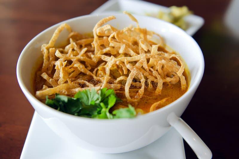 Khao Soi食谱,北与鸡的样式用咖喱粉烹调的汤面 免版税库存照片
