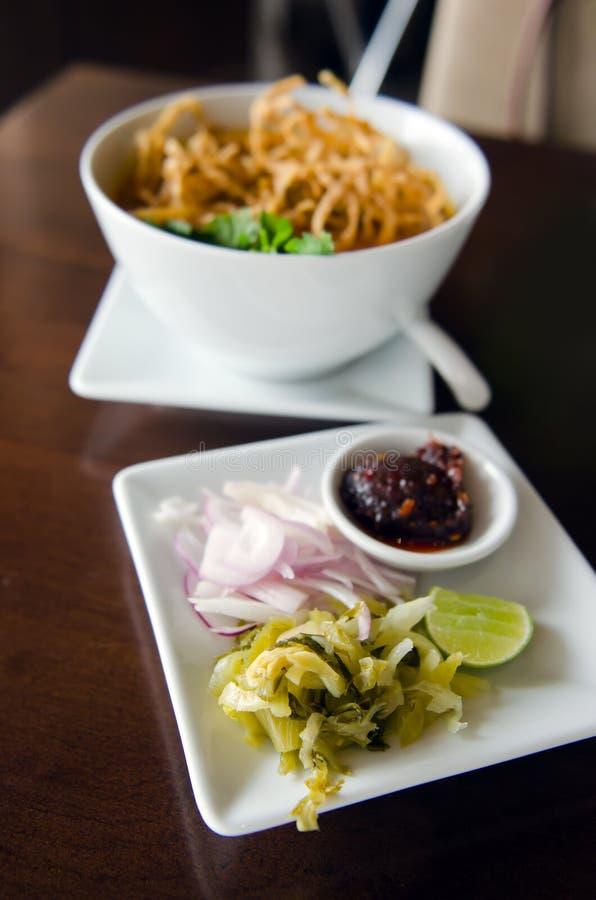 Khao Soi食谱,北与鸡的样式用咖喱粉烹调的汤面 免版税图库摄影