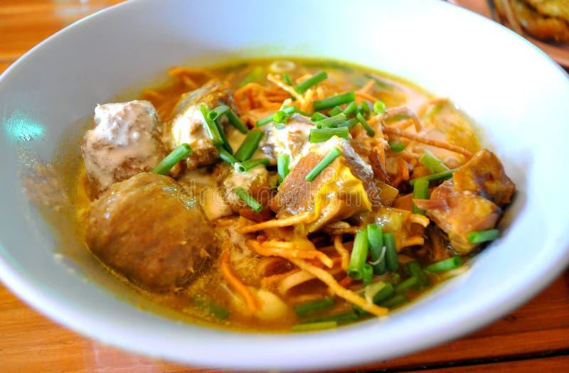 Khao Soi -泰国样式面条用猪肉咖喱汤 免版税图库摄影