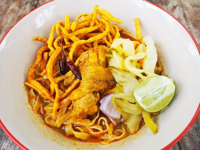 Khao Soi - kryddig soppa för curry för äggnudlar med höna royaltyfri bild