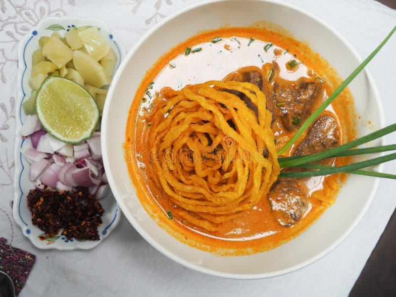 Khao Soi, macarronete na sopa do caril com carne foto de stock royalty free