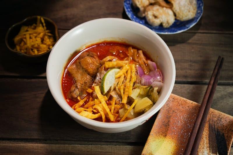 Khao Soi Recipe, Noordelijke Stijl Met kerrie gekruide Noedelsoep met Kip stock foto