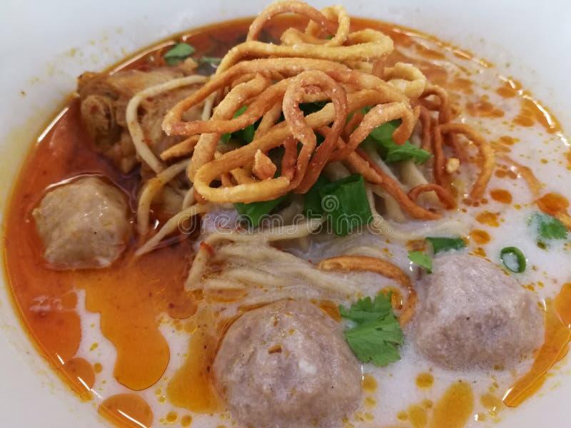 Khao Soi Recipe, soupe de nouilles au curry avec le poulet images libres de droits