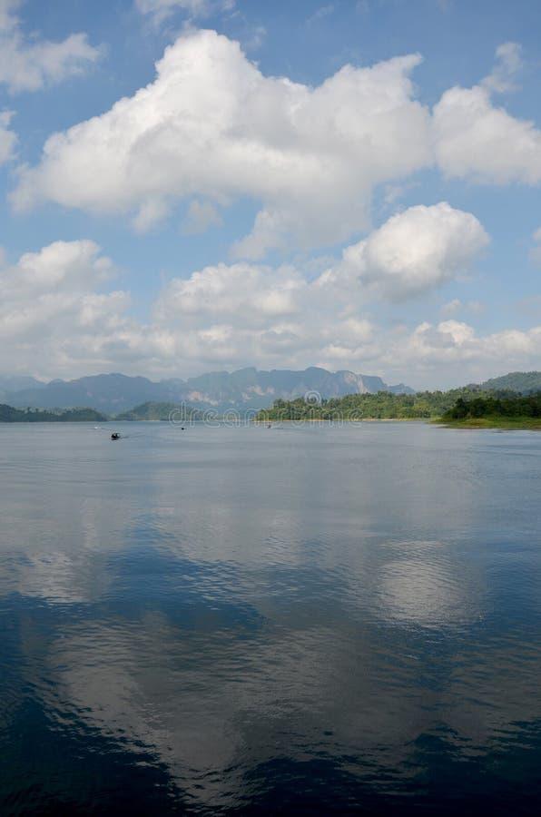 Khao Sok NationPark в озере Lan Cheow на Ratchaprapa или Rajjapra стоковые фото