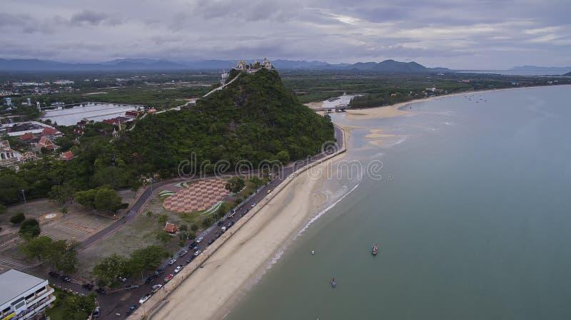 khao takieb寺庙和prachuap沿海大角度看法  免版税图库摄影