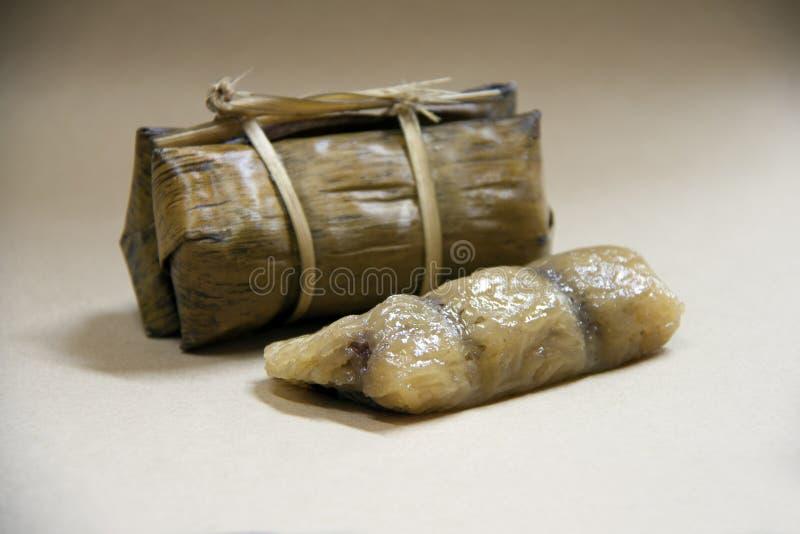 Khao Tom Mat ist ein gebürtiger thailändischer Nachtisch, ist es die Bananen mit klebrigem Reis und Verpackung der schwarzen Bohn stockfotografie