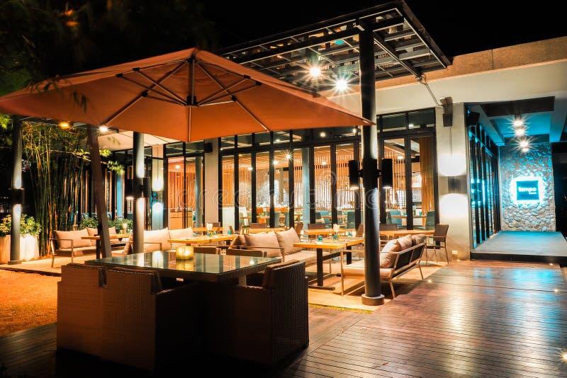 KHAO YAI TAILÂNDIA - DEC, 15: A atmosfera dentro O restaurante tem uma noite luxuoso em Khao Yai Tailândia foto de stock