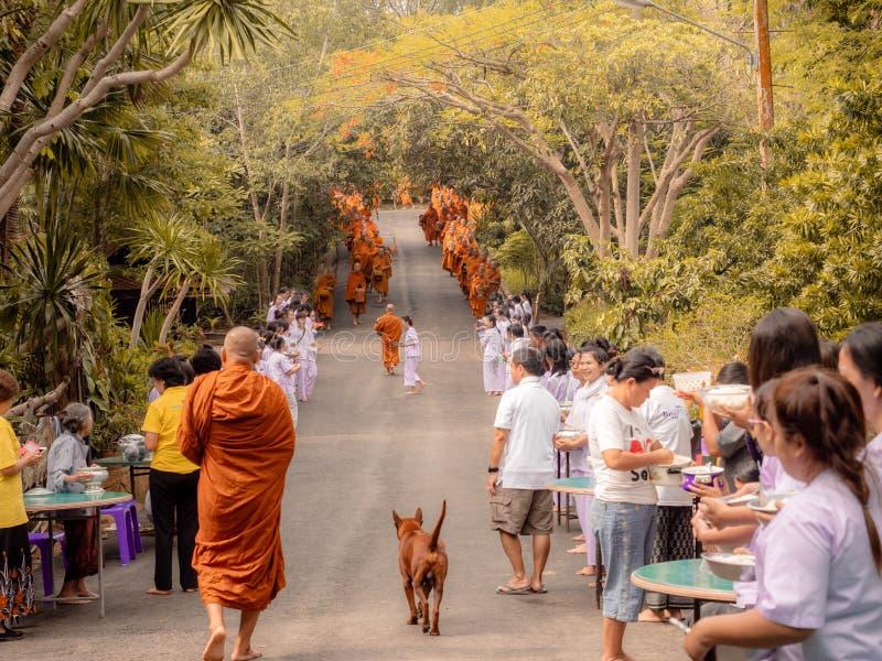 Khao Yai, Thaïlande - 23 avril 2019 : Les moines bouddhistes alignent dans les personnes de attente de bouddhisme de rangée pour  image libre de droits