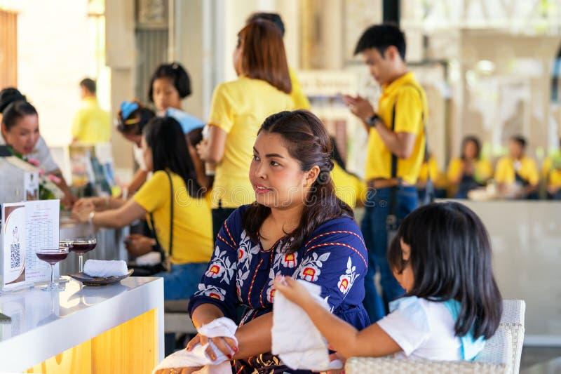 Khaoak, Tailandia, il 20 luglio 2019: Donna asiatica con la famiglia controllata nell'hotel fotografia stock libera da diritti
