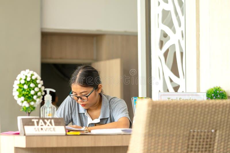 Khaoak, Tailandia, il 20 luglio 2019: Khaoak, Tailandia, il 20 luglio 2019: il responsabile del servizio di taxi all'hotel per un fotografie stock libere da diritti