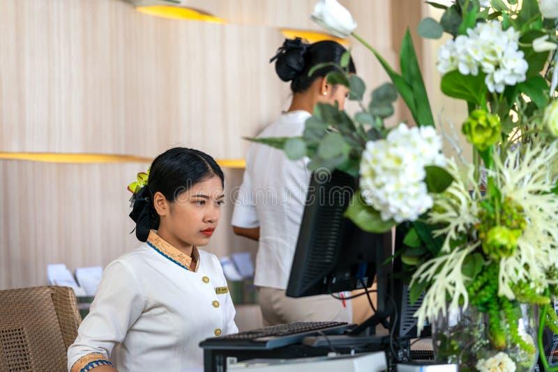 Khaoak Thailand, 20 juli 2019: hotellchefen, en flicka, arbeten på datoren Modernt lyxigt hotell i Thailand mottagande royaltyfri foto