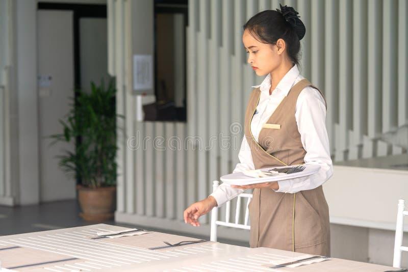 Khaolak, Таиланд, 27-ое июля 2019: Азиат официантки против пустого tableware, сервировки стола стоковые изображения rf
