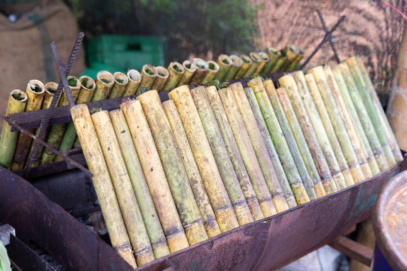 Khaolam Thais lokaal Dessert, glutineuze die rijst in bamboejoi wordt geroosterd royalty-vrije stock afbeelding