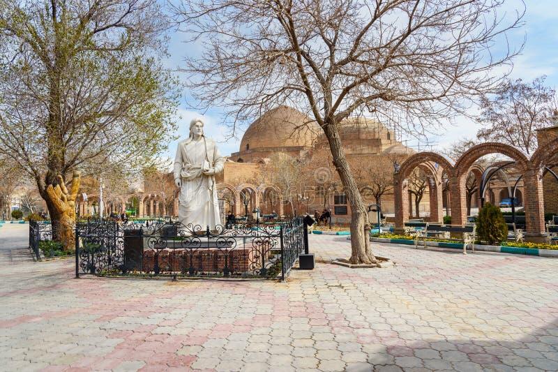 Khaqani poetstaty i parkera i baksida av den blåa moskén i Tabriz Östligt Azerbajdzjan landskap iran royaltyfria bilder
