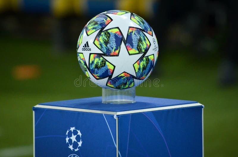 KHARKIV, ΟΥΚΡΑΝΊΑ - 18 Σεπτεμβρίου 2019: Η επίσημη μπάλα ποδοσφαίρου του Champions League στο γήπεδο κλείνει κατά τη διάρκεια των στοκ φωτογραφία
