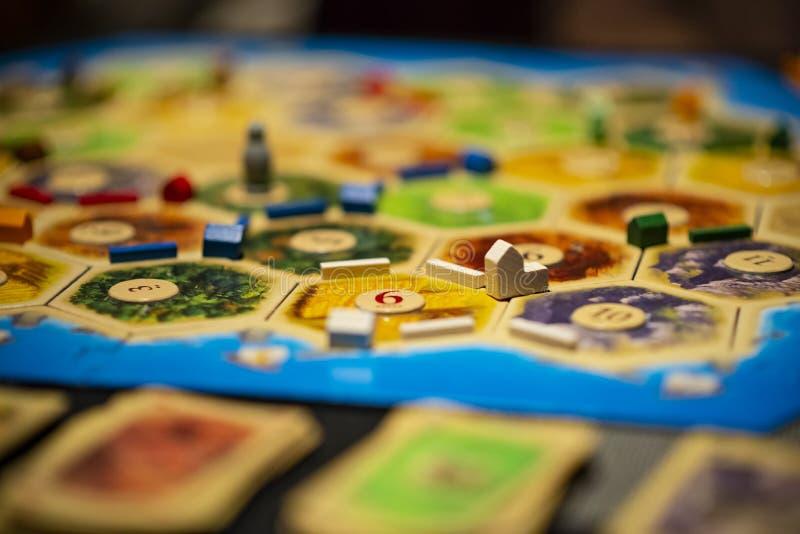 Kharkiv, de Oekraïne - Januari 05 2018: De Kolonisten van Catan schepen spel, aan de gang zijnde veelvoudig spelerspel in Regelin royalty-vrije stock afbeelding