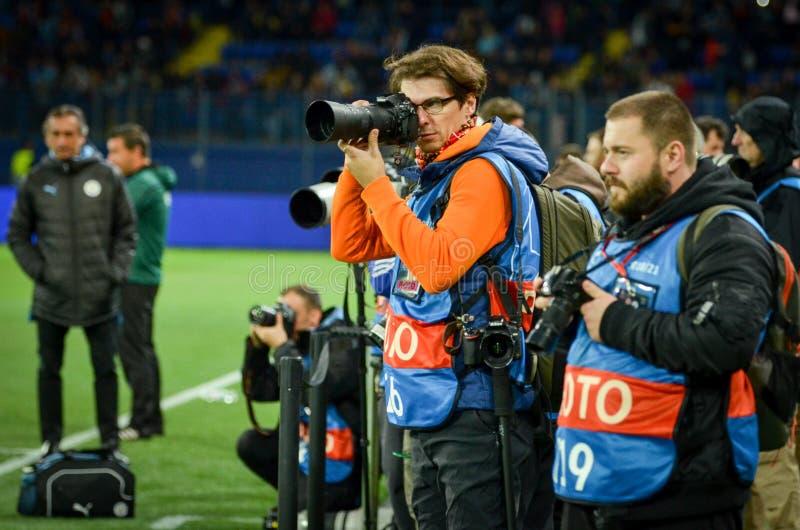 KHARKIV, OEKRAÏNE - 18 september 2019: Fotografen maken een verslag met camera's en lenzen tijdens de wedstrijd van de UEFA Champ stock foto's