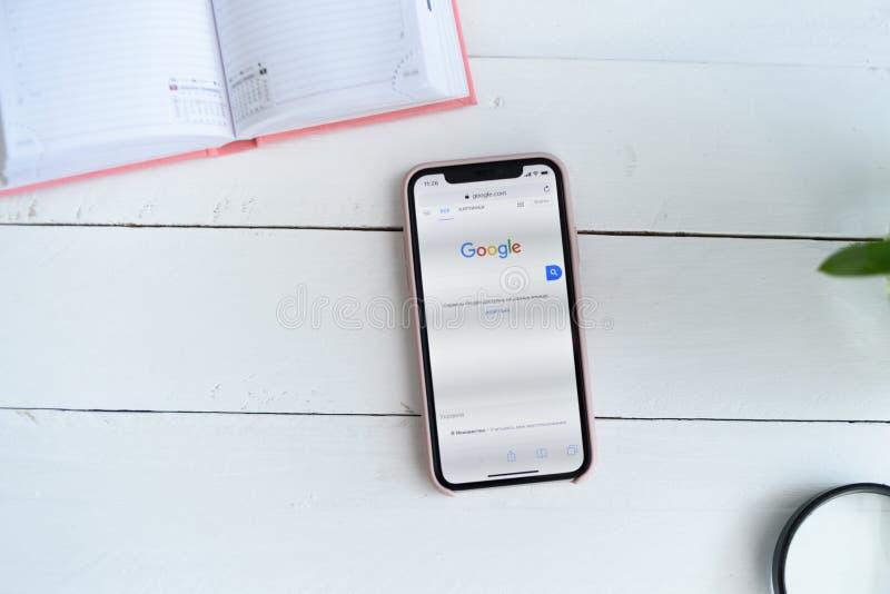 KHARKIV UKRAINA - April 10, 2019: Apple iPhone X med Google r S?kandesida Tr?vit bordl?gger arkivbilder