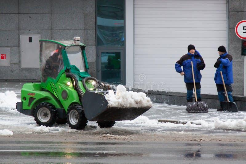 Kharkiv Ukraina - December 12, 2018: arbetare och special utrustning tar bort snö arkivbilder