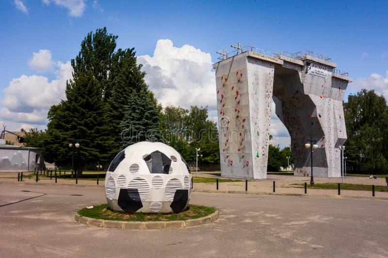 Kharkiv, Ukraina, Lipiec, 2019 Futbolowej balowej instalacji i outside pięcie ściany sporta pobliski stadium i kompleks Kreml mia zdjęcia royalty free