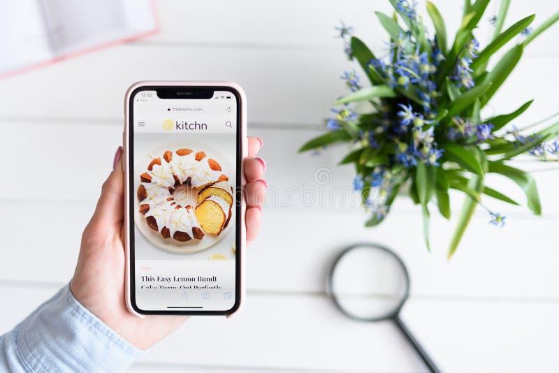 KHARKIV, UKRAINE - 10 avril 2019 : IPhone X d'Apple dans la main femelle avec le thekitchn site de COM sur l'?cran image libre de droits