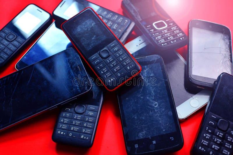 KHARKIV, UKRAINE - 19 JUILLET 2019 : Groupe de vieux téléphones portables utilisés Réutilisation de l'électronique et des batteri photo stock