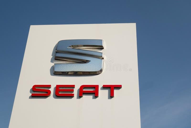 Kharkiv, Ukraine, juillet 2019 logo de SEAT se connectent le commerce de concessionnaire automobile et le centre de service photographie stock libre de droits