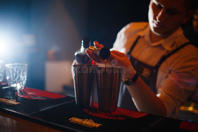 KHARKOV, DE OEKRAÏNE - APRIL 26, 2019: De barman bereidt een cocktail bij de bar voor royalty-vrije stock foto's