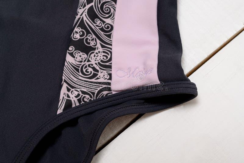 KHARKOV, DE OEKRAÏNE - APRIL 27, 2019: Detail van een grijs-roze zwempak met een patroon en de inschrijving Maine Close-up royalty-vrije stock afbeeldingen