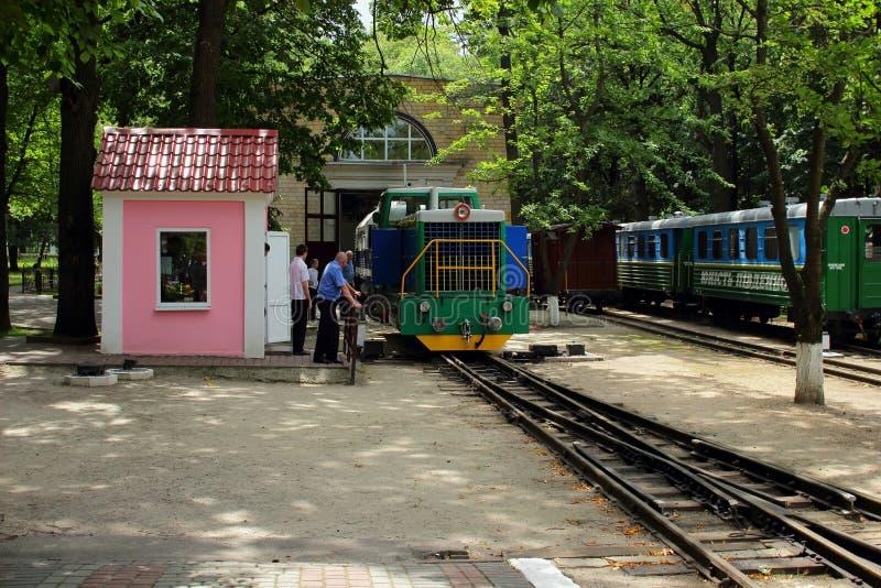 Kharkov, Ucrania, el 12 de julio de 2014, movimiento del depósito de la locomotora ferroviaria de los niños fotografía de archivo