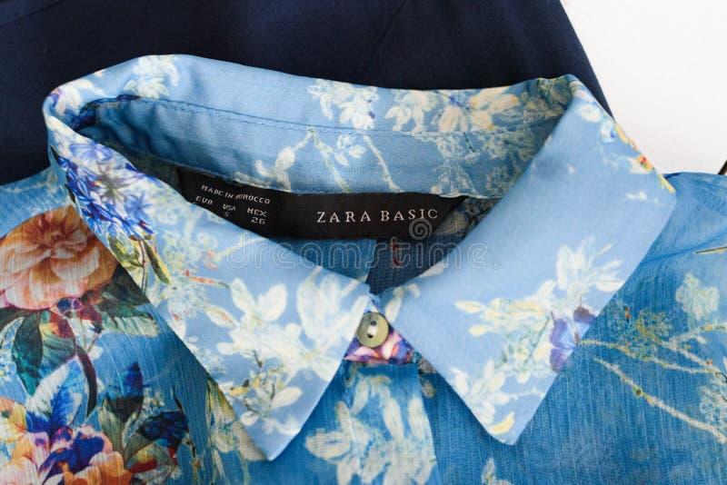 KHARKOV UKRAINA - APRIL 27, 2019: GRUNDLÄGGANDE svart etikett ZARA och krage av den blåa blom- blusen Bekl?r begrepp detaljer royaltyfri fotografi